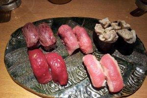 馬肉、和牛ハラミ、牛タン、鶏肉などがネタになった肉寿司盛り合わせプレート