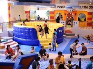 Nơi đây có rất nhiều chỗ chơi, chẳng hạn như chỗ chơi nhún nhảy