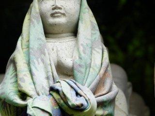 Nhiều bức tượng có  những tấm vải che đầu và vai, có lẽ để dũng cảm đối mặt với nhiều điều