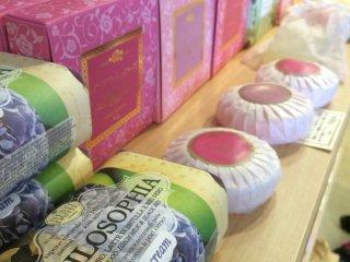 Sabun herbal dan lotion yang dijual di toko suvenir.