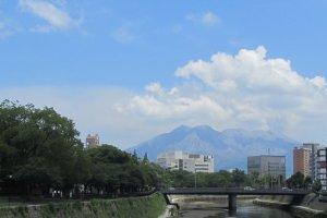เดินเลียบแม่น้ำจากสถานีรถไฟไปยังพิพิธภัณฑ์