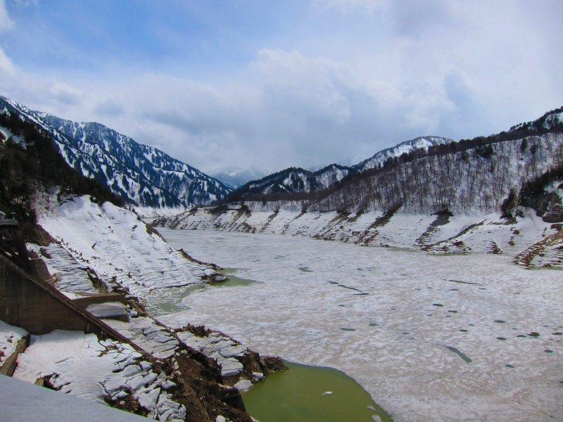 在冬天,黑部水壩和周边的高山都被厚厚的白雪覆盖。这场面真的十分壮观。