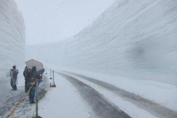 其中的著名景点是20米高的雪廊。从4月中旬到6月一个小段会开放给步行者。