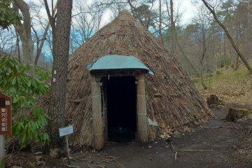 조몬 시대 오두막집의 모형물