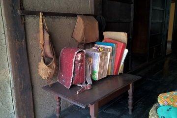 오래된 학교가방과 책들