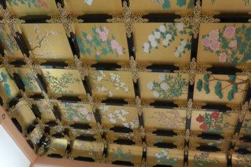 เพดานห้อง มีภาพวาดและปิดทองอร่าม