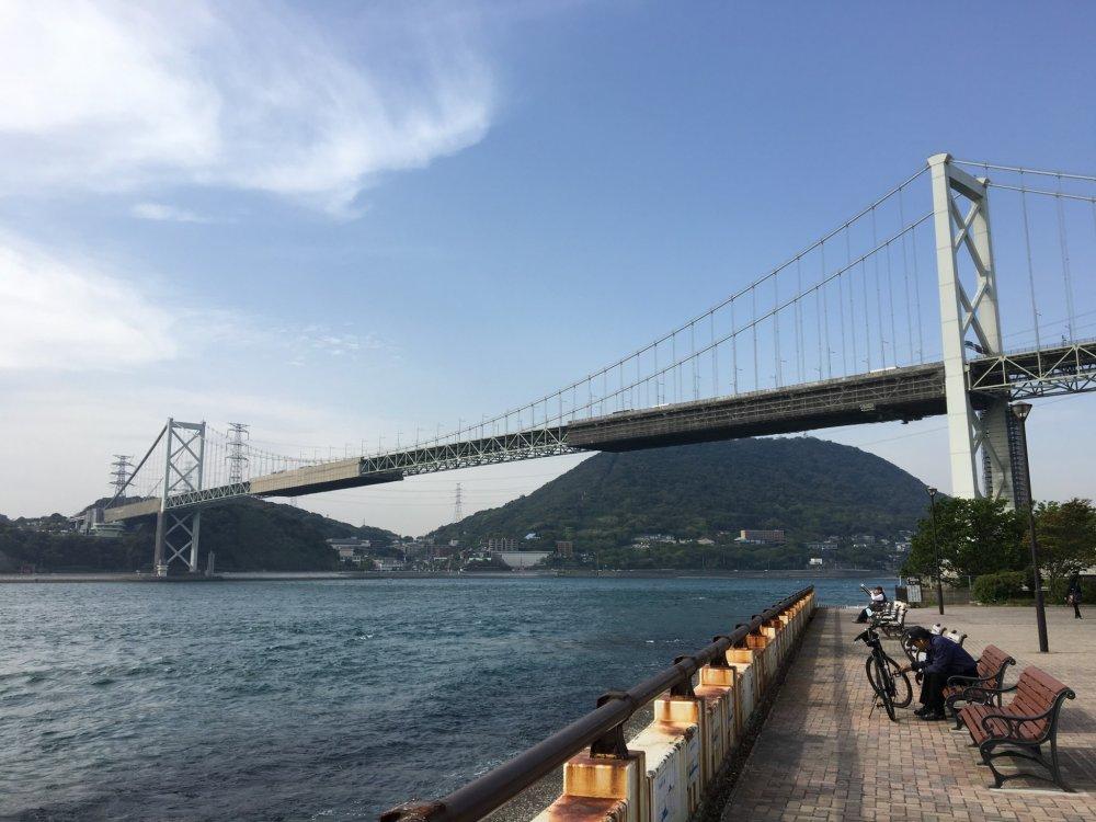 Di atas permukaan, mobil akan melewati sepanjang 712m Jembatan Kanmon
