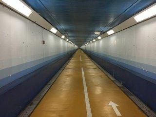 700 m jalan terowongan - ini sedikit miring. Pengendara sepeda harus turun dan mendorong sepeda motor mereka. Ada banyak orang lari sepanjang ini.