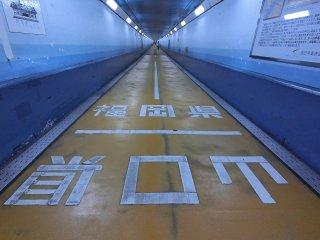 Terowongan di bawah air sekitar 700 meter menyambungkan dari Kyushu ke Honshu