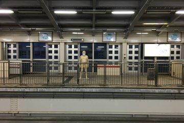 На закрытой платформе станции Сюри странная фигура
