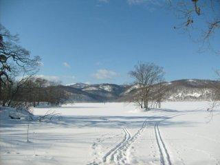 Algumas pessoas esquiavam no lago