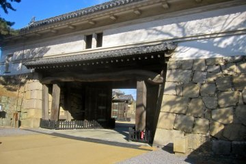 The Ote Ichi no Mon Gate from inside the castle