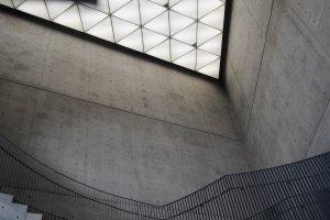 Đèn trời hình tam giác và cầu thang tự do.