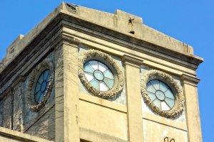 美しいレリーフの施された丸窓