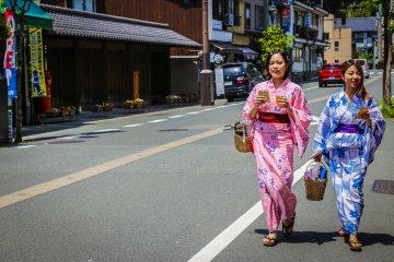 นักท่องเที่ยวและชาวบ้านได้รับการสนับสนุนให้ใส่ชุดยูกะตะและเกะตะ เพื่อจะได้เดินไปไหนมาไหนได้สะดวก