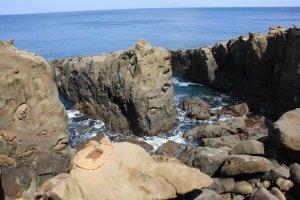 Le cercle avec une corde sur le rocher en forme de tortue et la mer