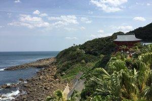 La mer, l'entrée du sanctuaire et la végétation subtropicale