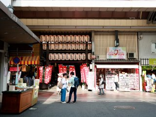 Mochi stand in front of a temple