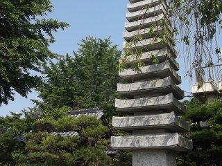 Chùa tháp ở ngay lối vào