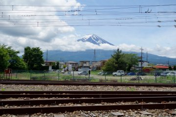역의 화장실 주변에서 철도 너머 있는 후지 산의 사진을 찍어보시길