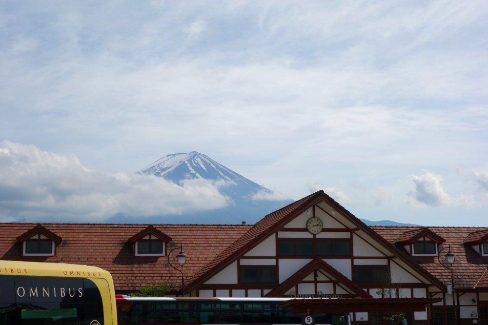 관광버스는 역에서 출발해 카와구치코 호와 사이코 호 사이로 이동한다.