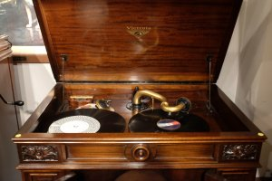 An old, acoustic crezenda gramophone from the 1927