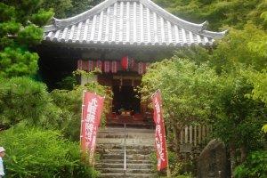 Ngôi đền nhỏ dọc theo con đường nông thôn của Arashiyama