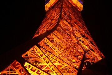 La Torre de Tokio se ilumina de color naranja por las noches.