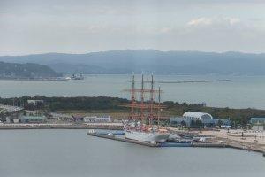 Tàu buồm Kaio Maru nhìn từ cầu Shinminato
