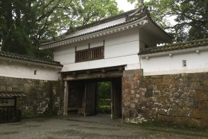 La porte d'entrée du château vue de l'intérieur