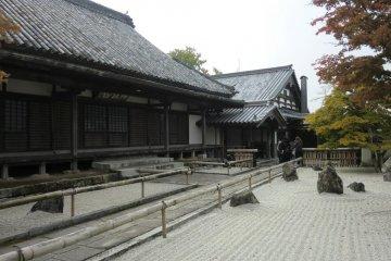Komyozenji Temple and the front garden