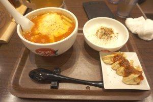 Satu set ramen tomat dengan gyoza