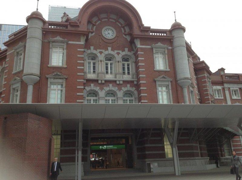 Выполненное из темно-красного кирпича здание станции в Маруноути.