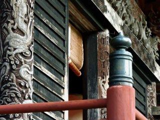 Dragões decoram os pilares deste edifício