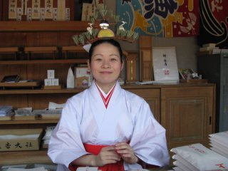 Maiko yang ramah di Sumioshi Taisha, Osaka