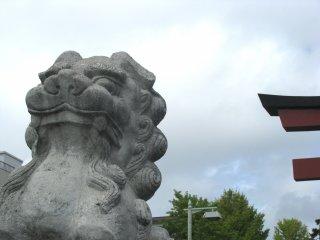 Một con khác khép miệng lại, mang ý nghĩa 'Kết thúc' Kamakura.