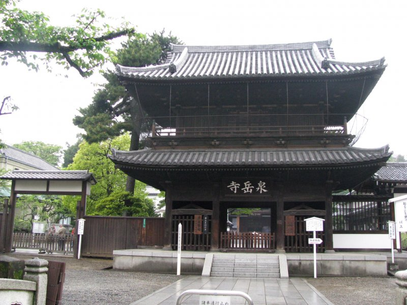 The entrance to Sengakuji temple