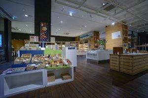 La section dédiée aux souvenirs située au premier étage de Kurasuwa