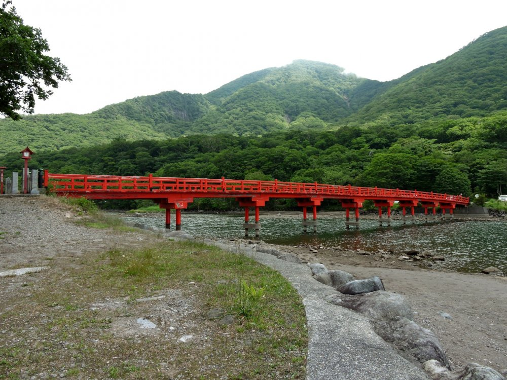 호수 모퉁이 사이로 뻗는 빨간 다리