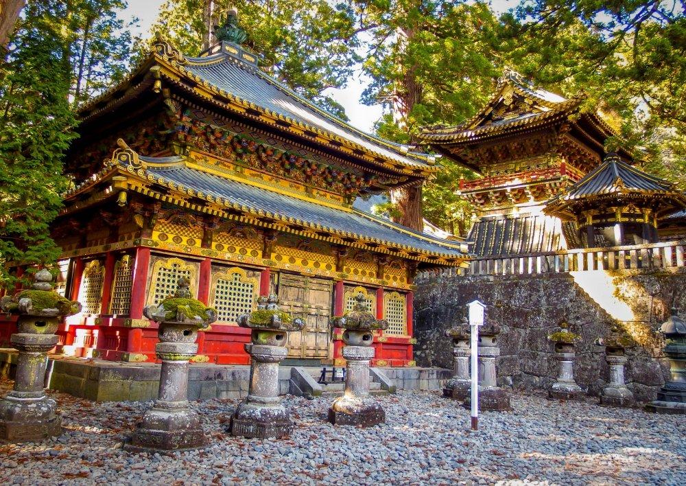 คะมิจินโกะ และอาคารเก็บของอีกสองหลัง ซึ่งรวมกันเรียกว่า ซานจิโกะ แปลว่า อาคารเก็บของในสถานที่ศักดิ์สิทธิ์