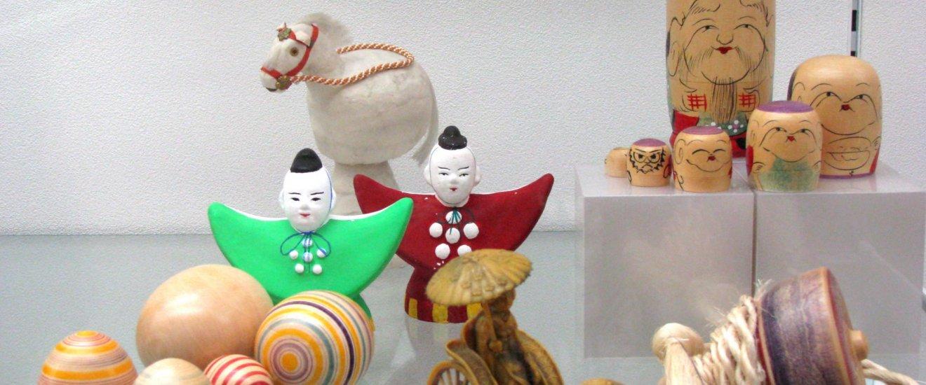 شيتشي-فوكو-جين معروضة ضمن مجموعة ألعاب أخرى تم تصنيعهم في كاناجاوا