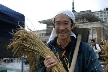 Kazuto-san with rice and his trusty scythe at the Nara Farmers Market