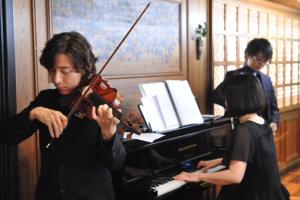 มีดนตรีขับกล่อมจากนักดนตรีสองคน คนหนี่งสีไวโอลิน