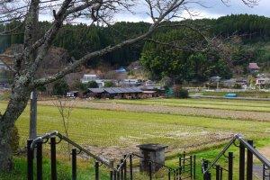 ทิวทัศน์ หมู่บ้านเล็กๆ ข้างทางรถไฟ