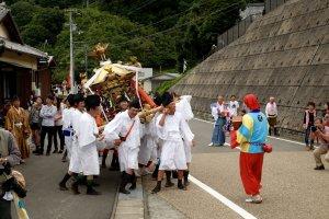 Pemimpin memandu para peserta menuju Kuil Niu