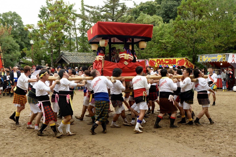 Membawa yotsudaiko (bangunan kayu dengan 4 anak bermain drum)