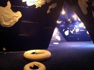 Странный арт-коридор, больше похожий на пещеру