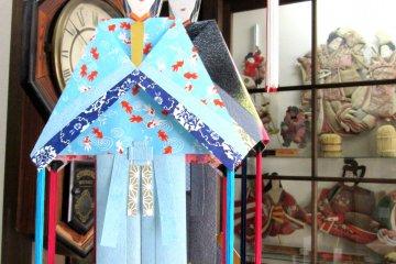 Куклы Танабата, представляющие юношу, сделаны в разных цветовых гаммах