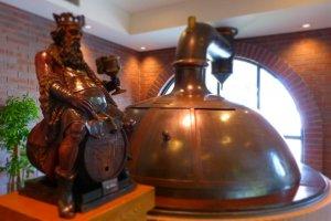 オブジェとして展示されているビールのタンク