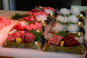 Свежо нарезанный лосось и тунец